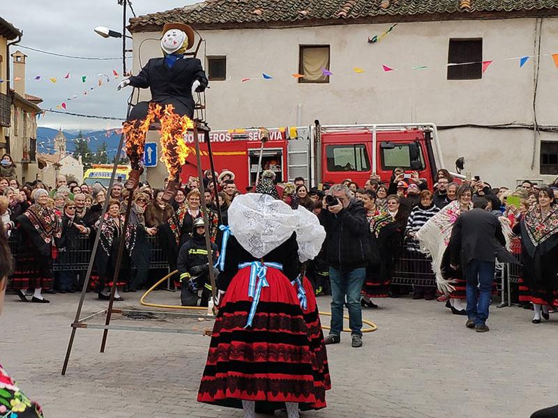 Quema del pelele en las Fiestas de Santa Águeda. Zamarramala (Segovia).