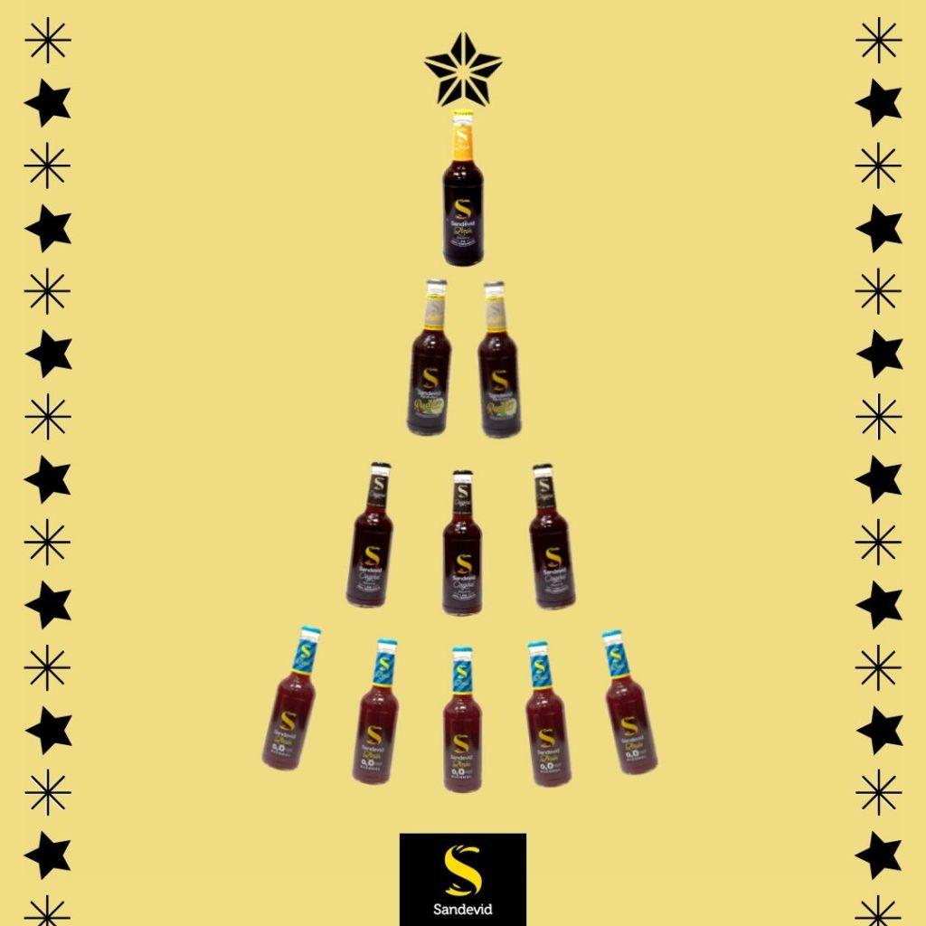 Árbol de Navidad hecho con botellines de productos Sandevid.
