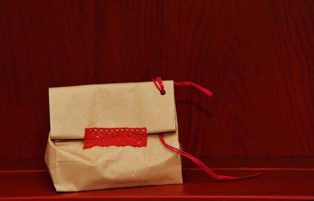 Envoltorio ecológico: bolsa reutilizada y personalizada.