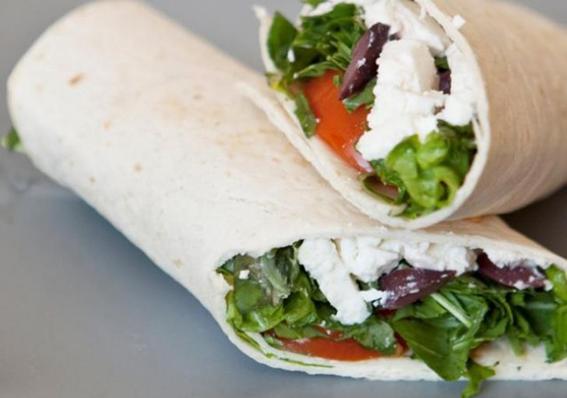 Wrap de lechuga, tomate y queso feta.