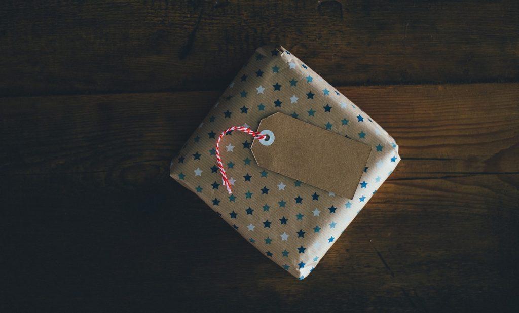 Envoltorio de regalo ecológico: papel de regalo reutilizado.