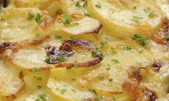 Patatas hechas al horno, un aperitivo sano y delicioso.