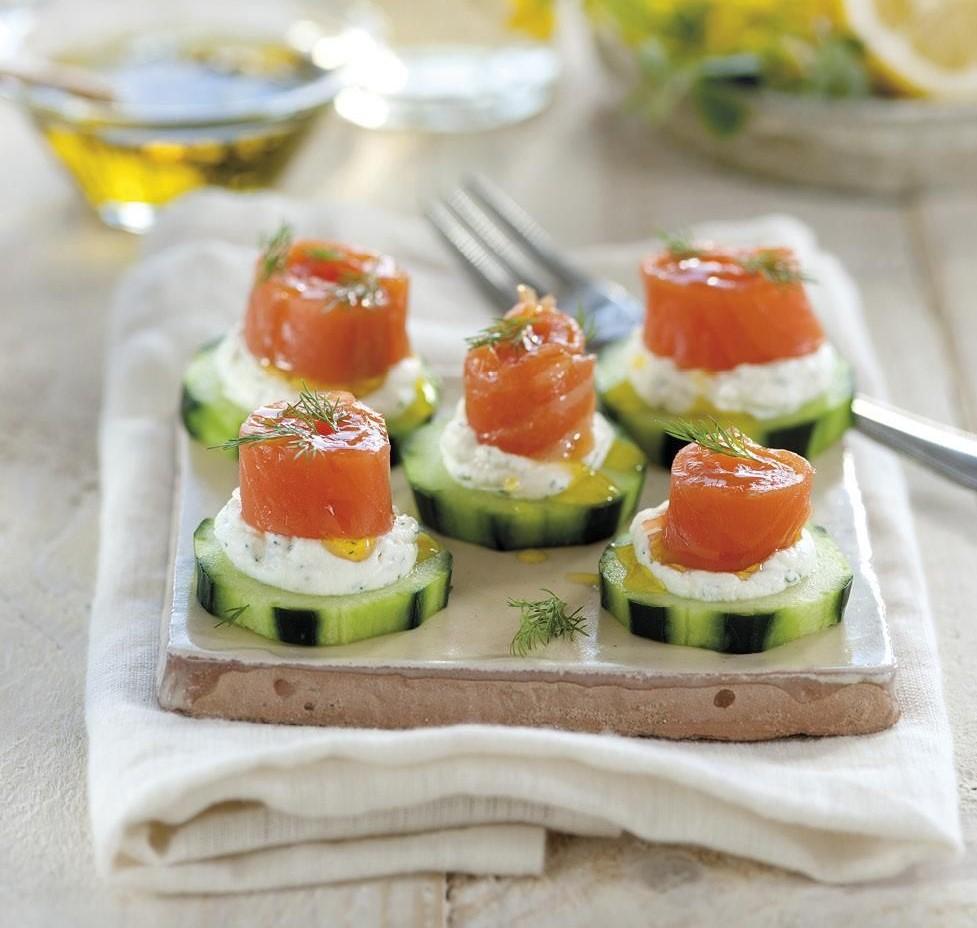 Bocaditos de pepino, queso de untar y salmón ahumado.