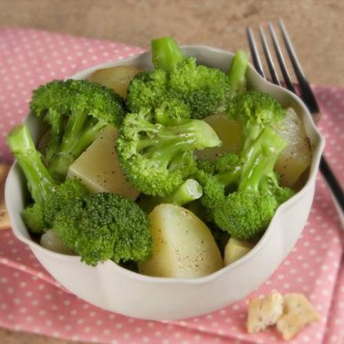 Comidas ligeras: brócoli con patatas. Tinto de verano Sandevid.
