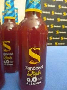 Imagen que muestra varios botellines de tinto de verano Sandevid limón cero alcohol cero azúcar.
