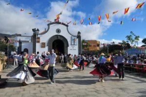 Gente vestida de chulapos y joyescas en las fiestas de San Isidro