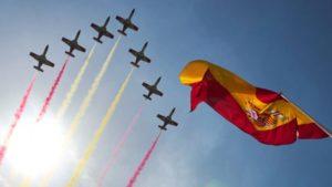 Aviones formando la bandera española en el desfile del Día de la Hispanidad.
