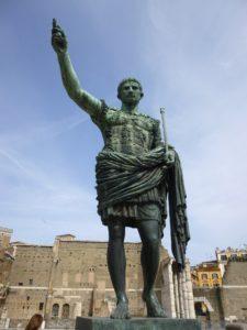 Escultura de Julio César, origen del calendario actual