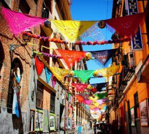 Balcones decorados con mantones por las fiestas de la paloma en Madrid.