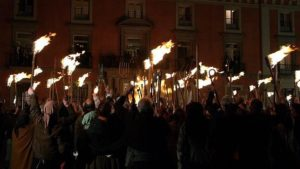 Gente con antorchas en las fiestas del motín de Aranjuez