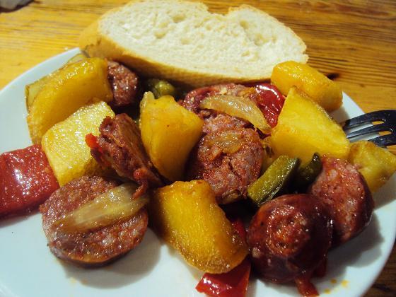 Tapa de patatas con chorizo y pan