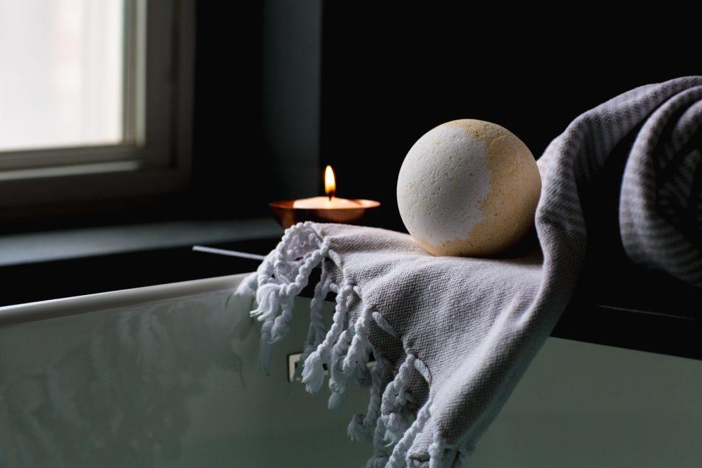 Toalla, bola de baño y vela