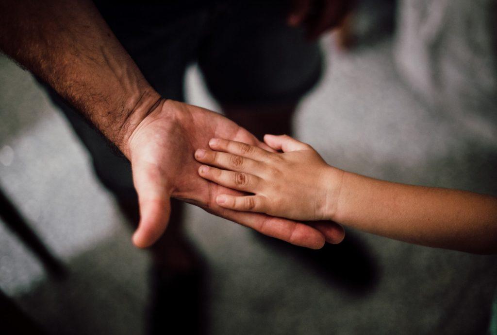 Mano de padre y de niño