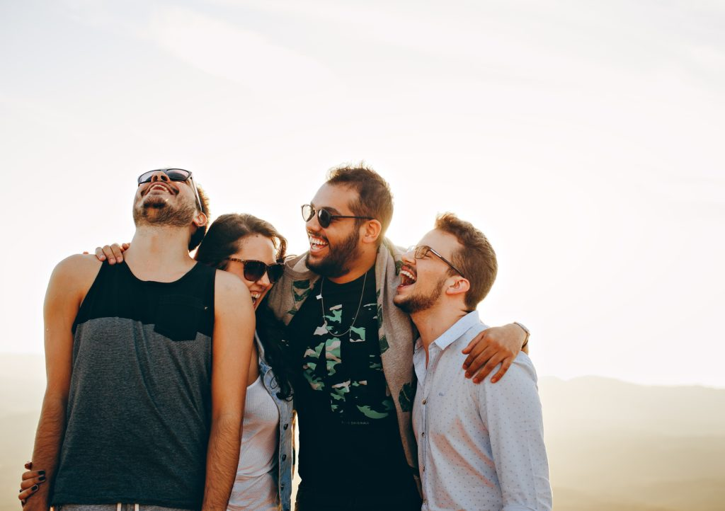 Grupo de amigos riendo