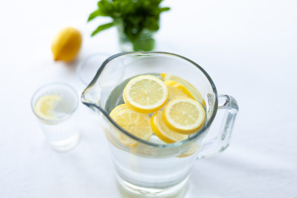 Jarra y vaso con zumo de limón