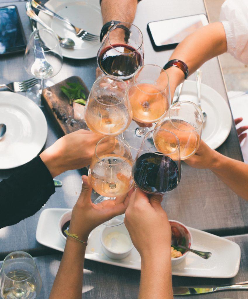 Grupo de personas brindando con vino