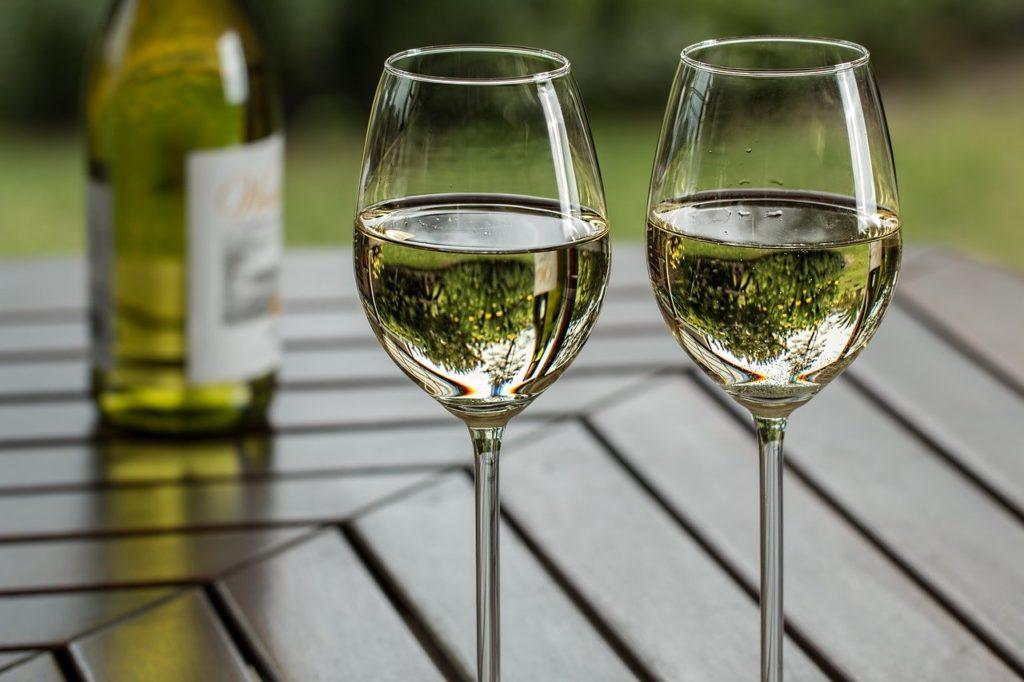 tipos de vino - Copas con vino blanco