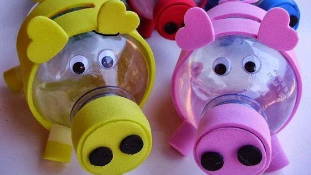 hucha con botellas de plástico
